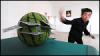 Κινέζος Χαρτοπαίκτης Χρησιμοποιεί Τεχνικές Κουνγκ Φου Τεμαχίζοντας Αντικείμενα